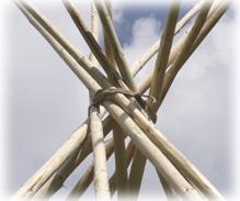 Na trojnožku klademe postupně další tyče tak, aby v místě opření vzniklo pravidelné vřeteno